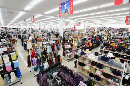 サンキは広々ゆったりお買物できる店舗が自慢です。 そこにはファッション衣料から寝具・インテリア・手芸用品や生活関連品などなど、どこよりも良い品を「ポピュラー